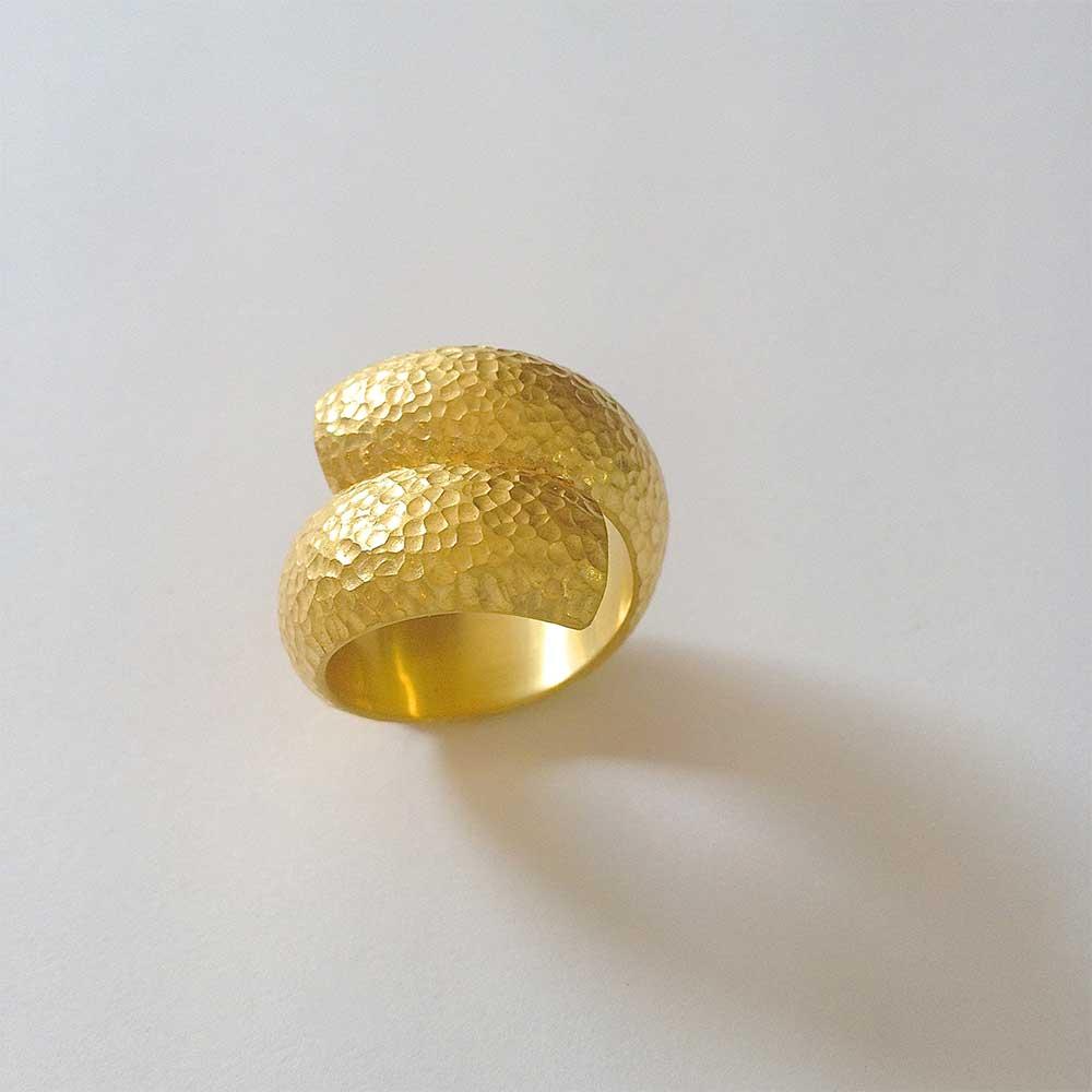 Goldener Ring mit Dellen von Thomas Pohl