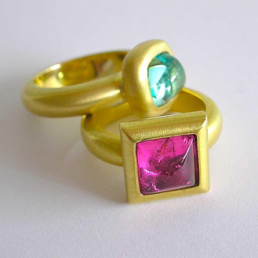 Goldene Ringe mit rotem und grünem Stein von Thomas Pohl