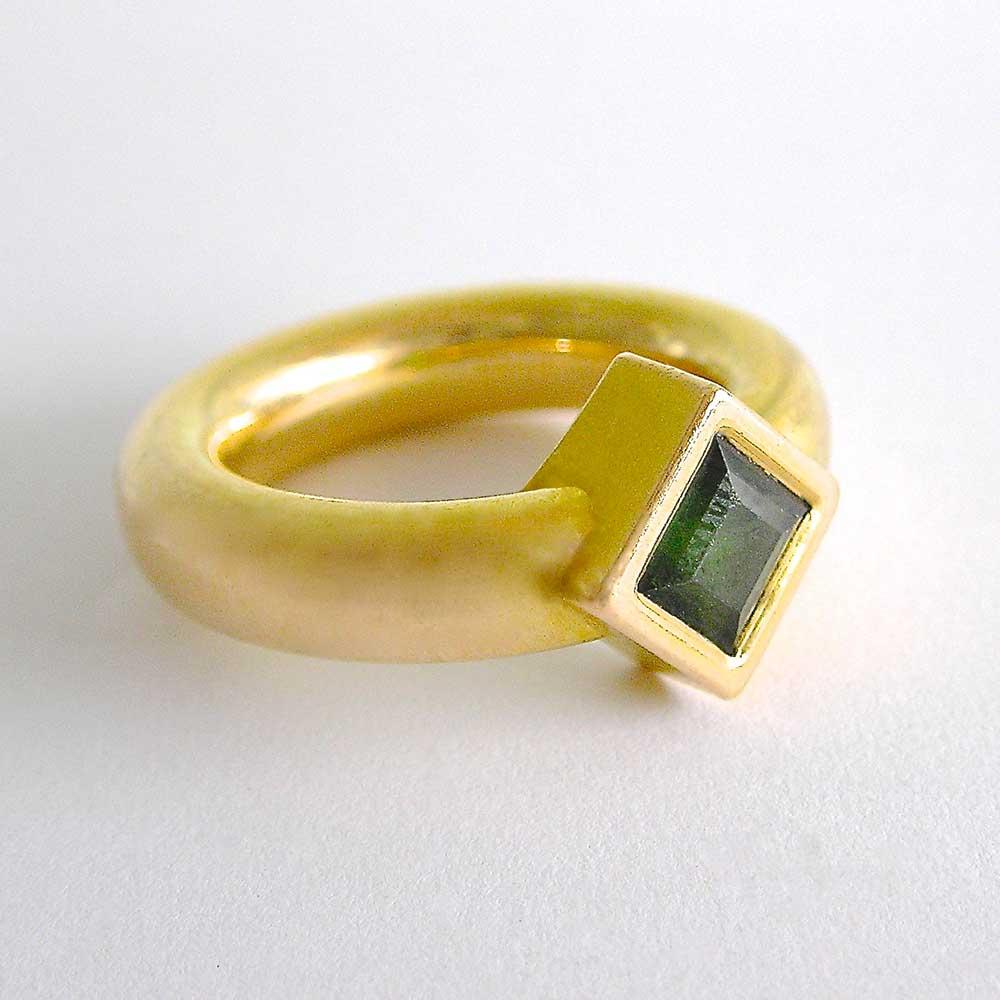 Goldener Ring grünem Stein von Thomas Pohl