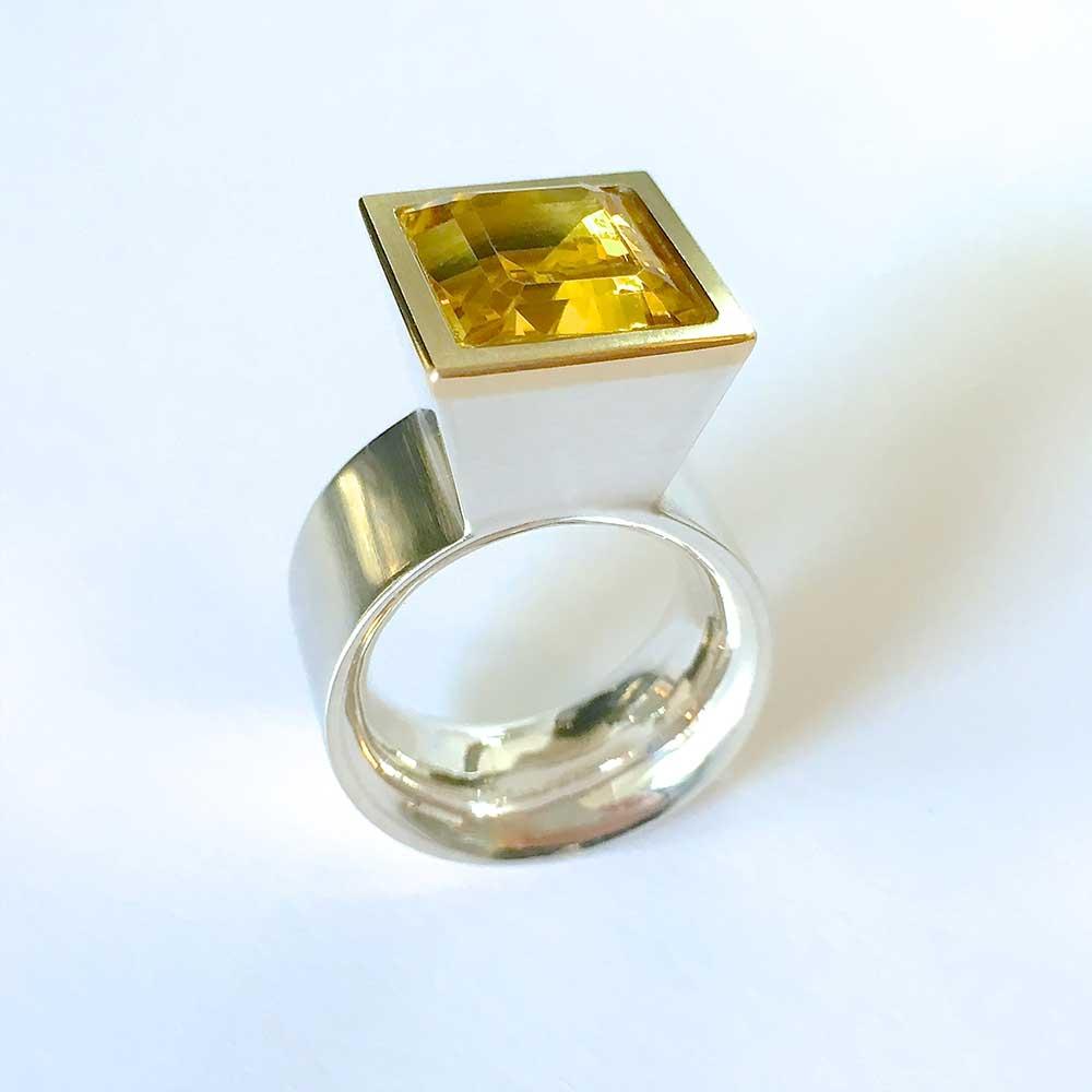 Silberner Ring mit gelbem Stein von Thomas Pohl