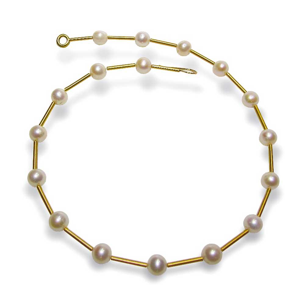 Goldene Halskette mit Perlen von Thomas Pohl