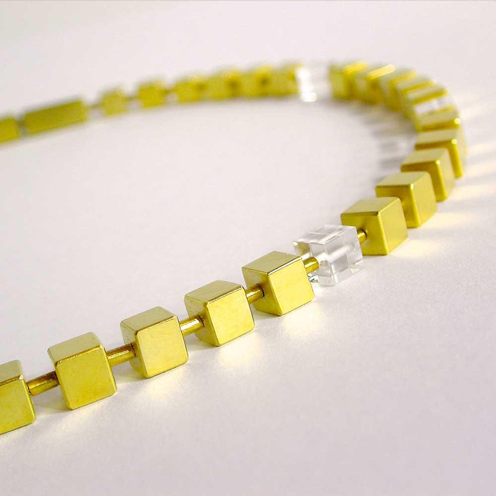 Goldene Halskette mit Würfelanhängern von Thomas Pohl
