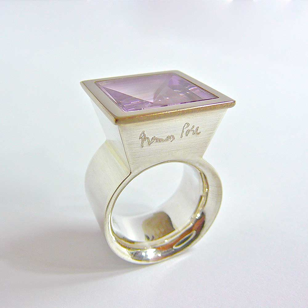 Silberner Ring mit lila Stein von Thomas Pohl