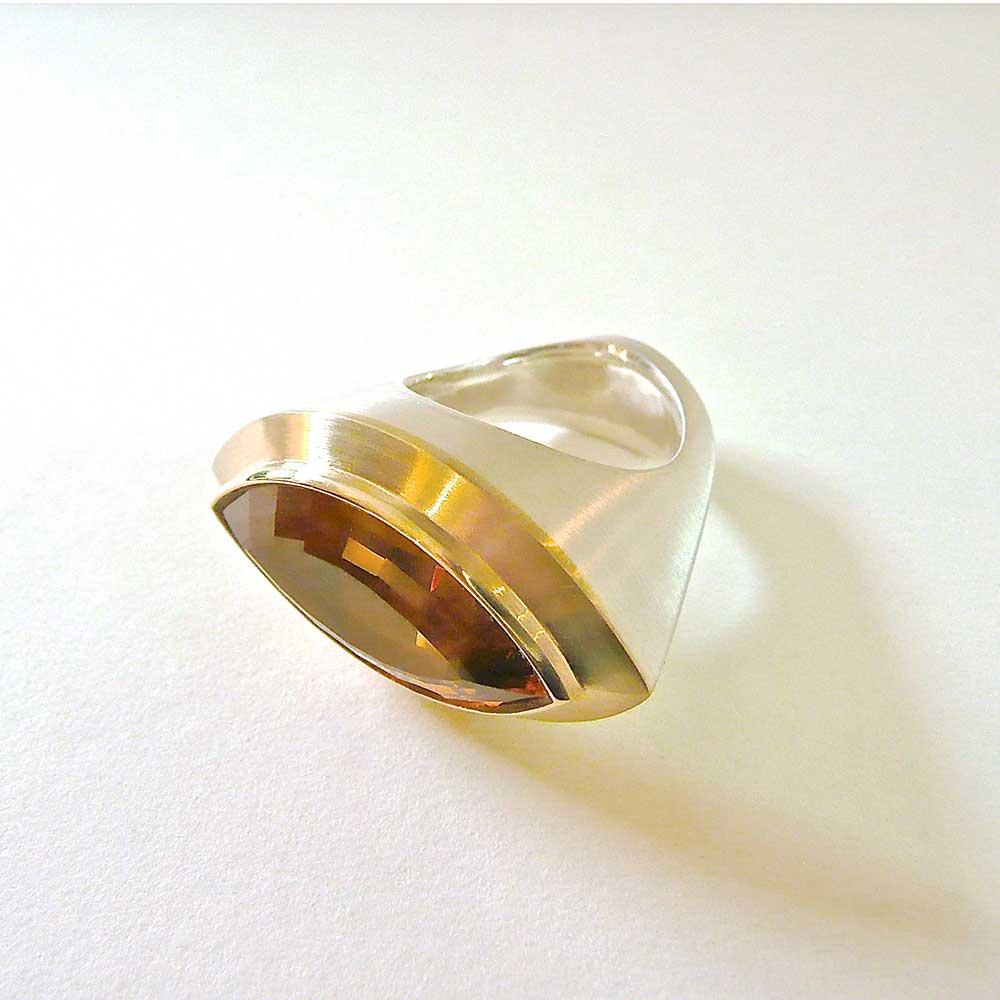 Silberner Ring mit bernsteinfarbenem Stein von Thomas Pohl