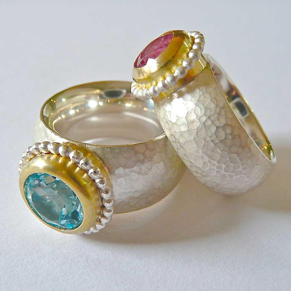 Silberne Ringe mit Dellen und blau, rosa Steinen von Thomas Pohl