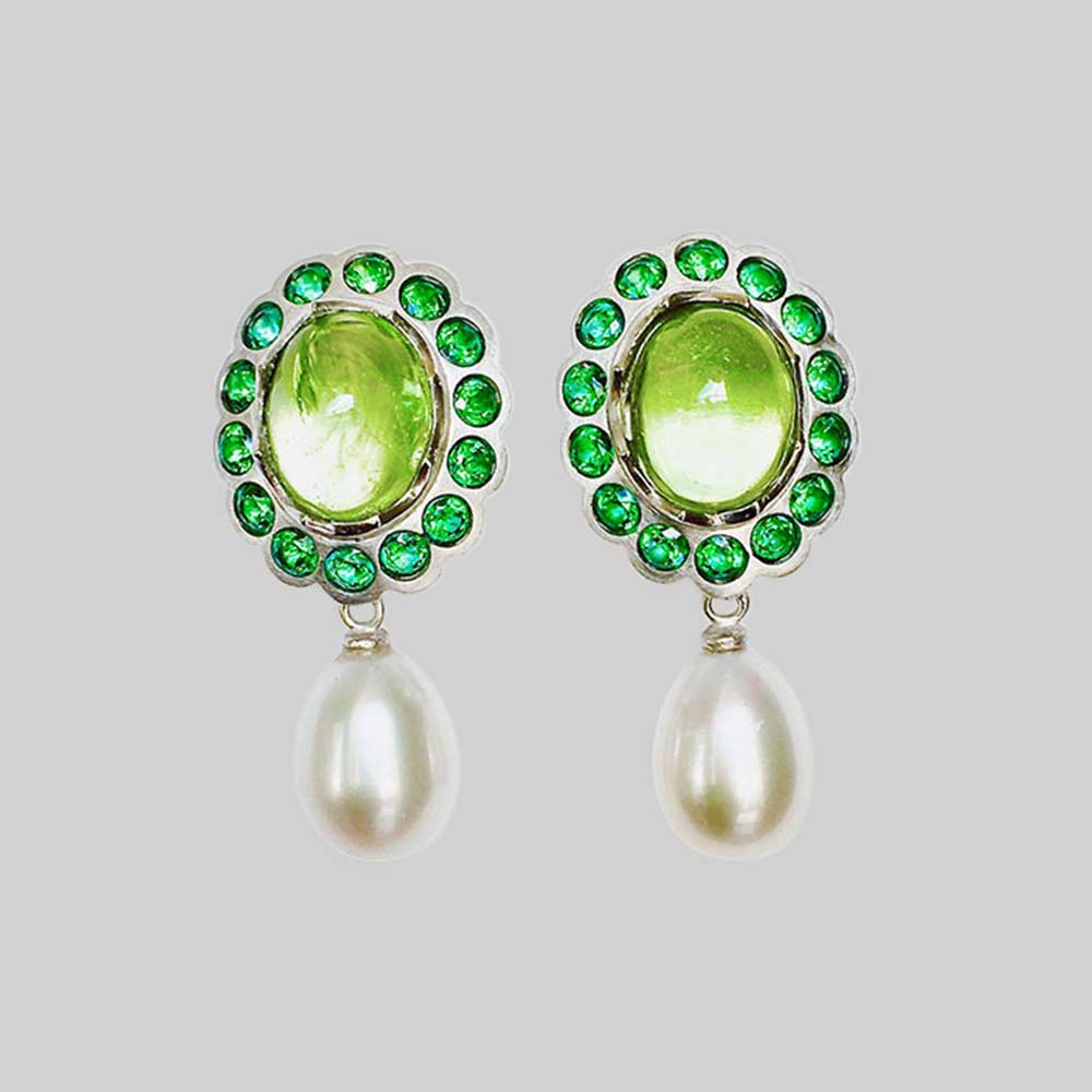 Hellgrüne Ohrringe mit Perlen von Thomas Pohl