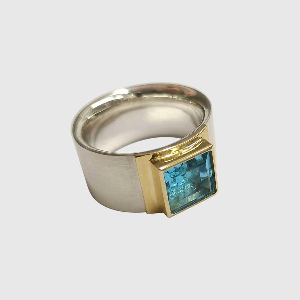 Silber goldener Ring mit blauem Stein von Thomas Pohl