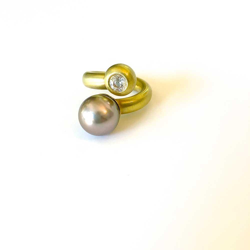 Goldener Ring mit Perlen und Stein von Thomas Pohl