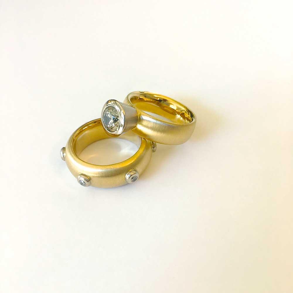 Goldene Ringe mit Steinen von Thomas Pohl
