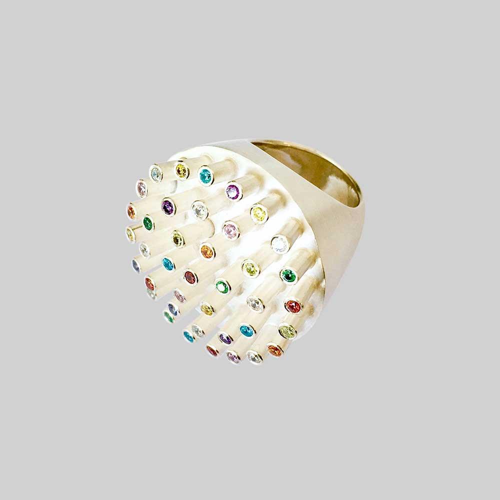 Goldener abstrakter Ring mit bunten Steinen von Thomas Pohl