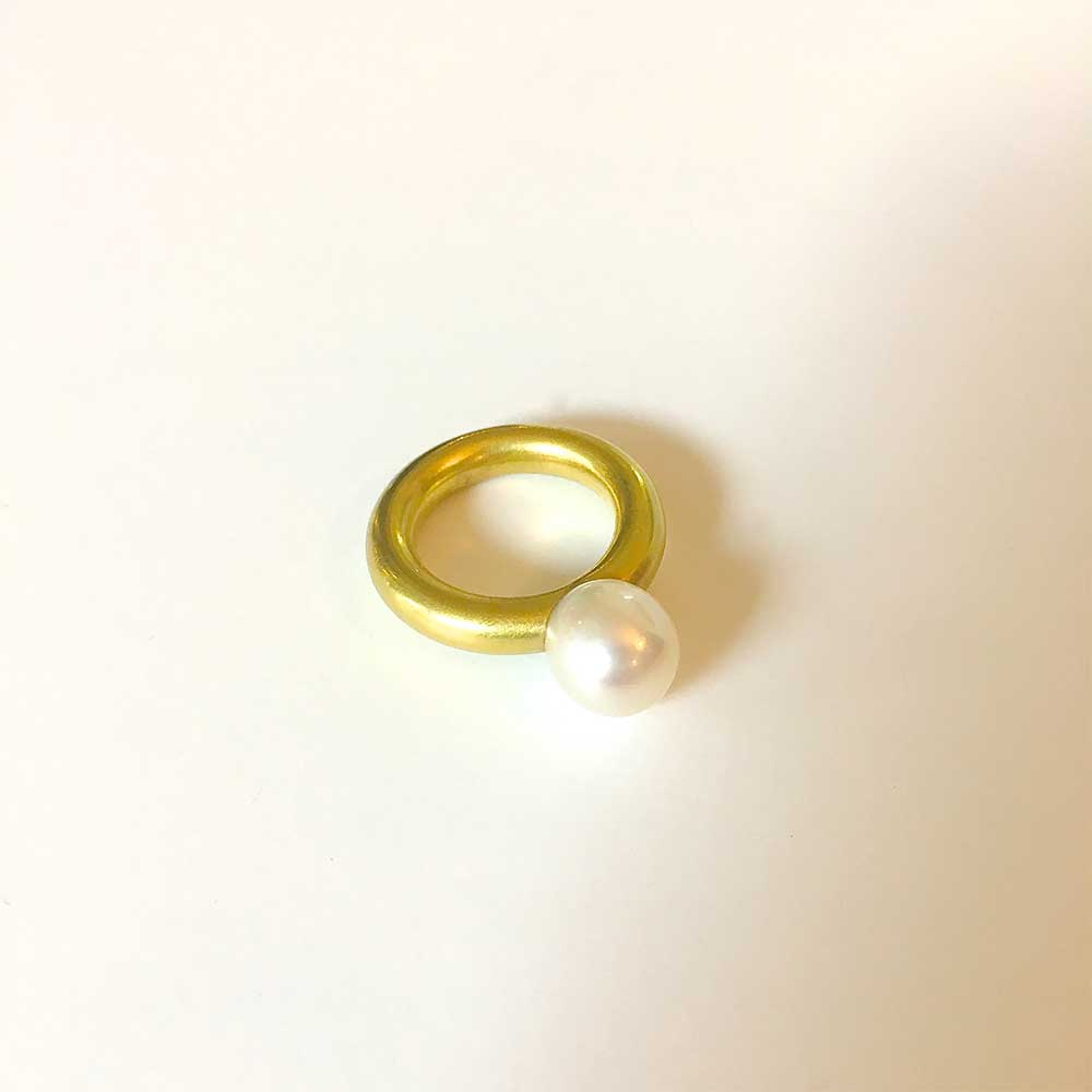 Goldener Ring mit Perle von Thomas Pohl