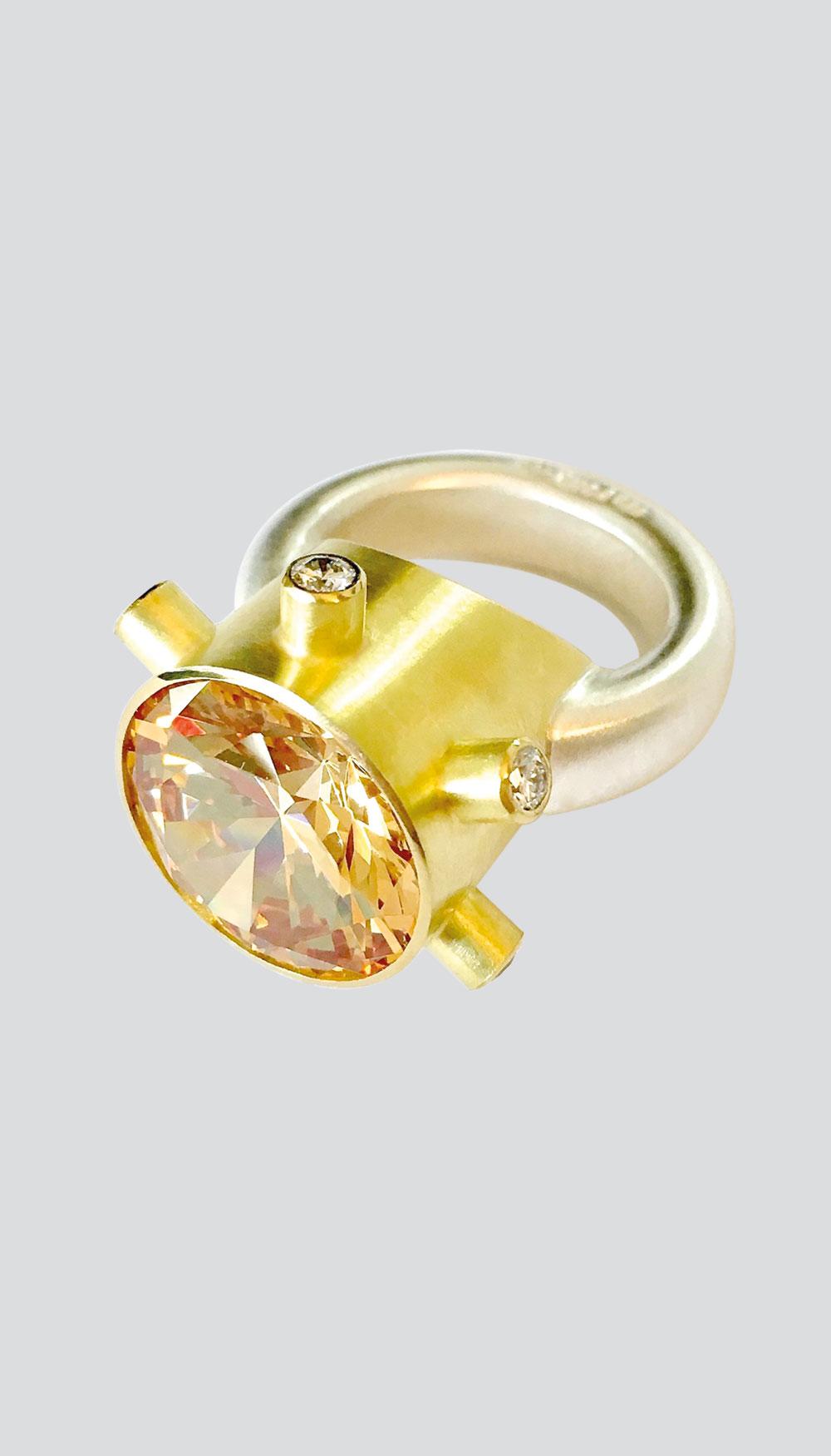 Goldener Ring mit bernsteinfarbenem Stein von Thomas Pohl