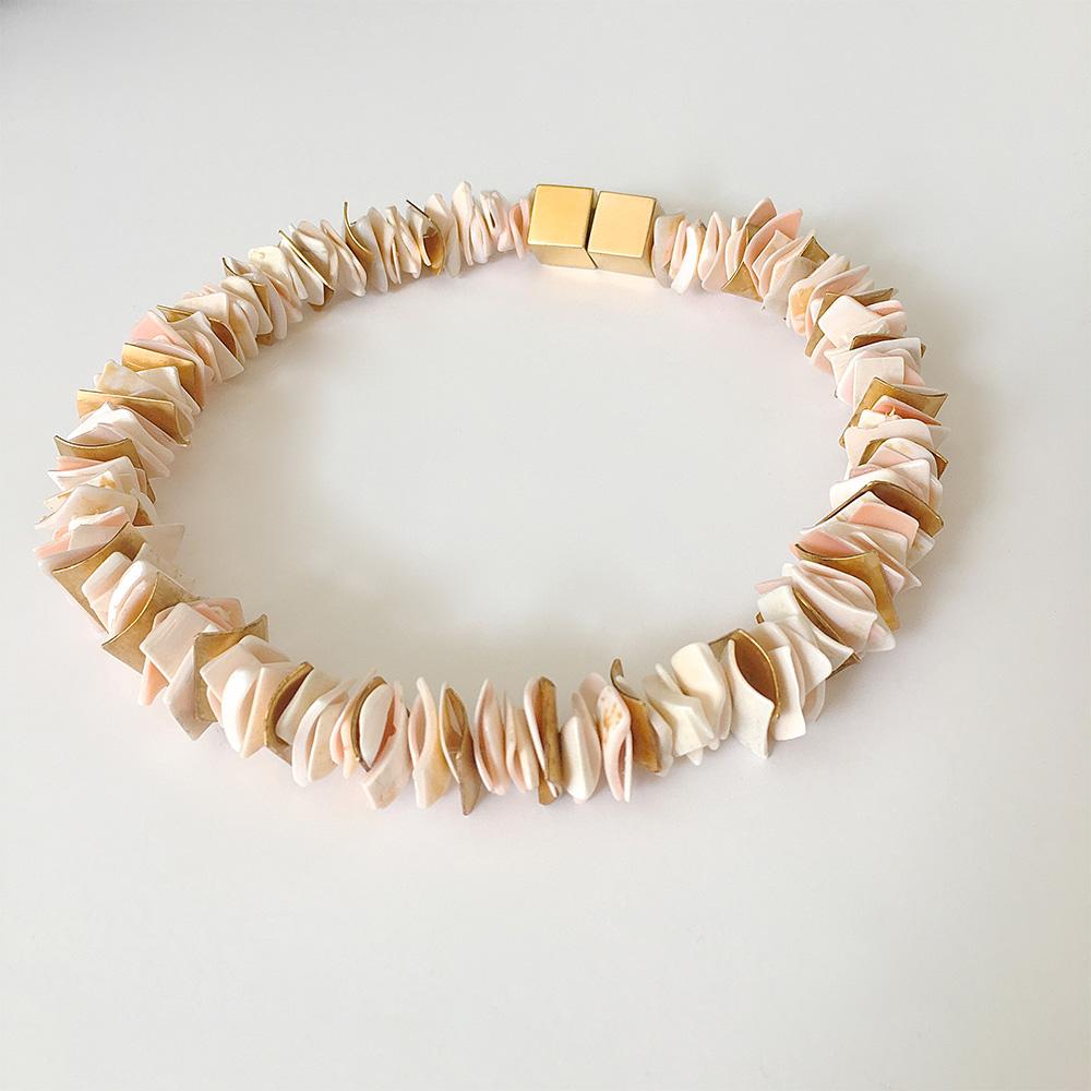 Halskette aus korallen Blättchen von Thomas Pohl
