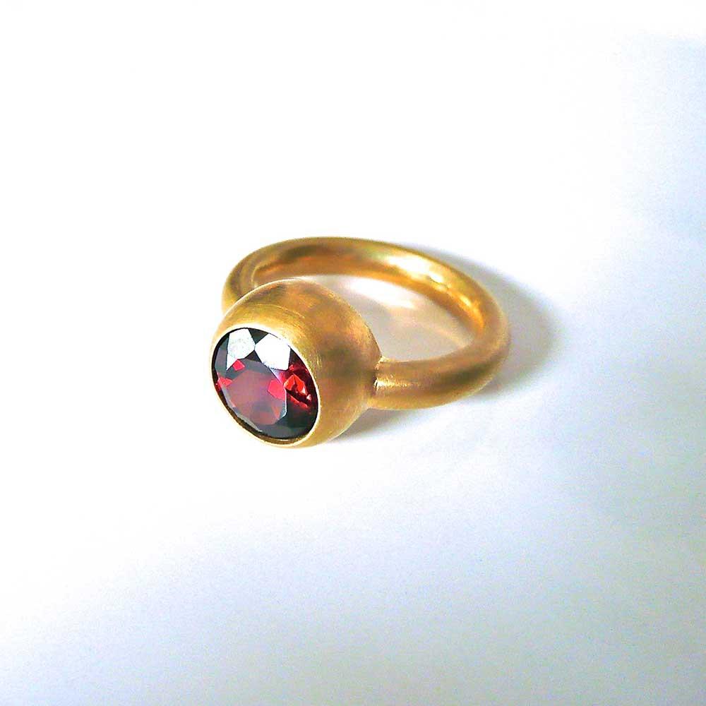 Goldener Ring mit rotem Stein von Thomas Pohl