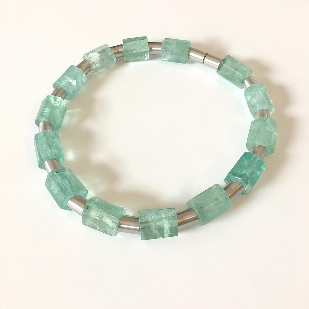 Halskette aus blauen, zylinderförmigen Perlen
