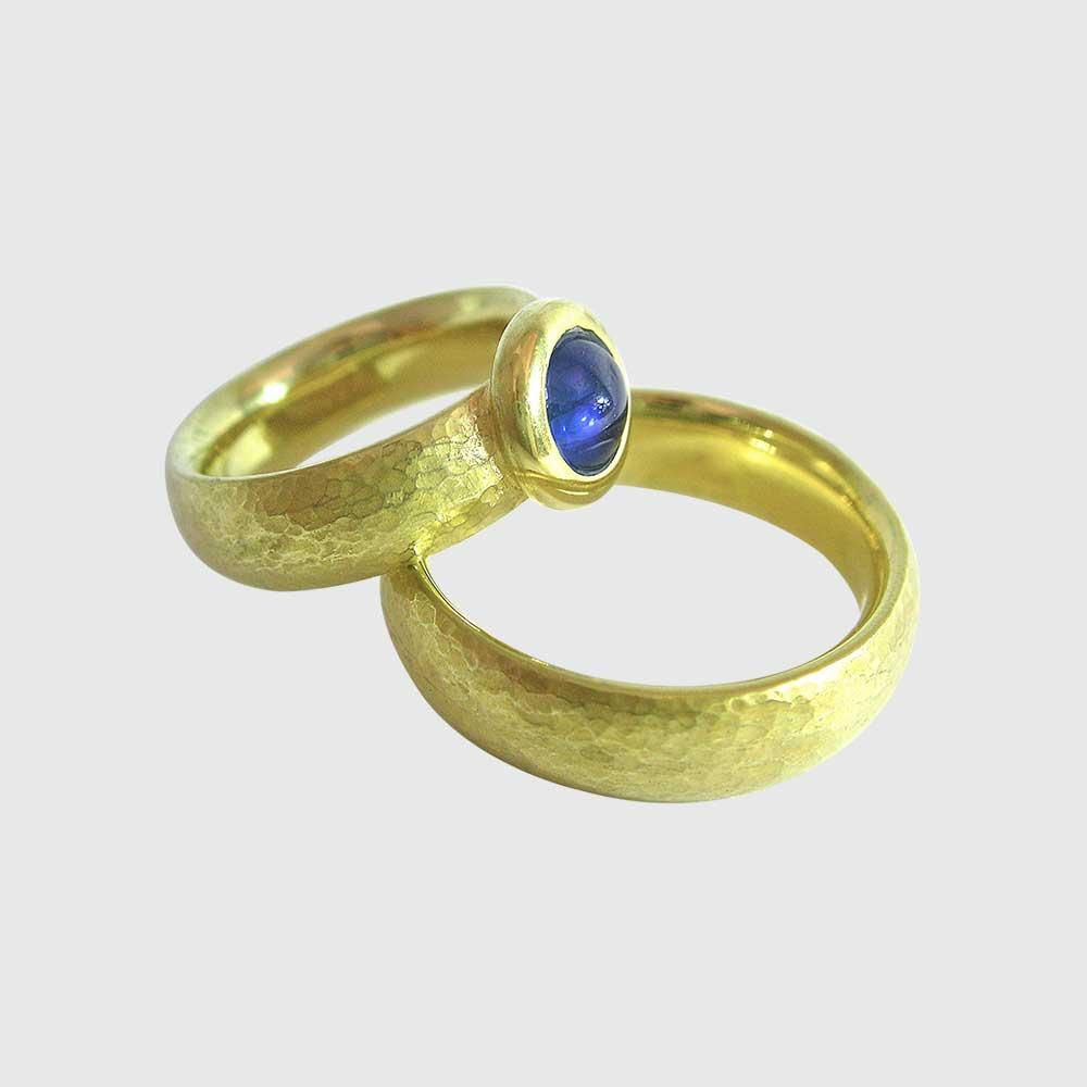 Gold Trauringe mit blauem Stein von Thomas Pohl