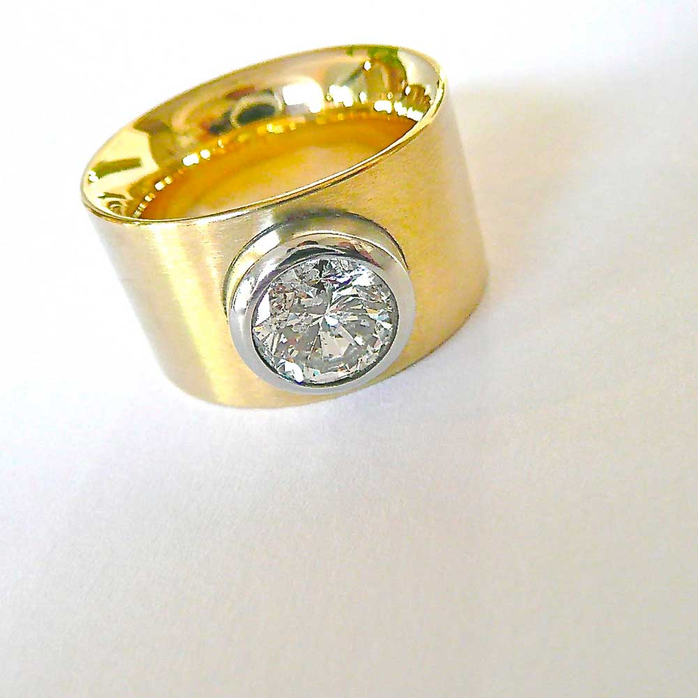 Goldener Ring mit Stein von Thomas Pohl