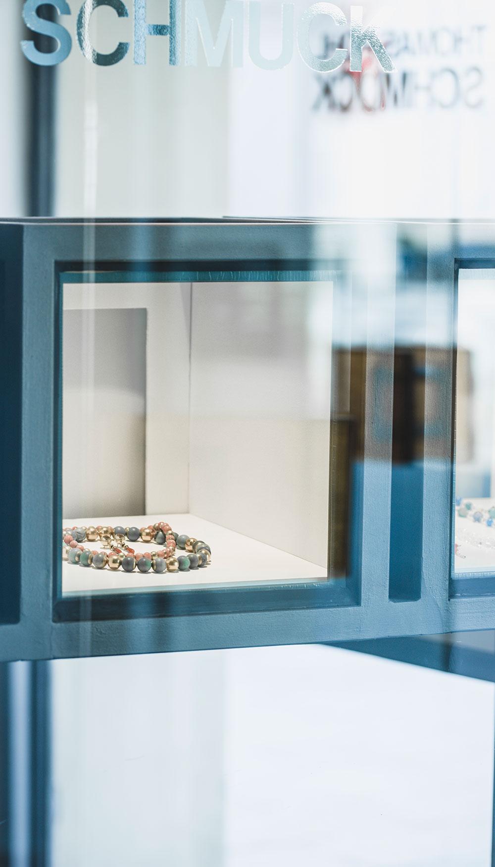 Schmuck im Schaufenster von Thomas Pohl