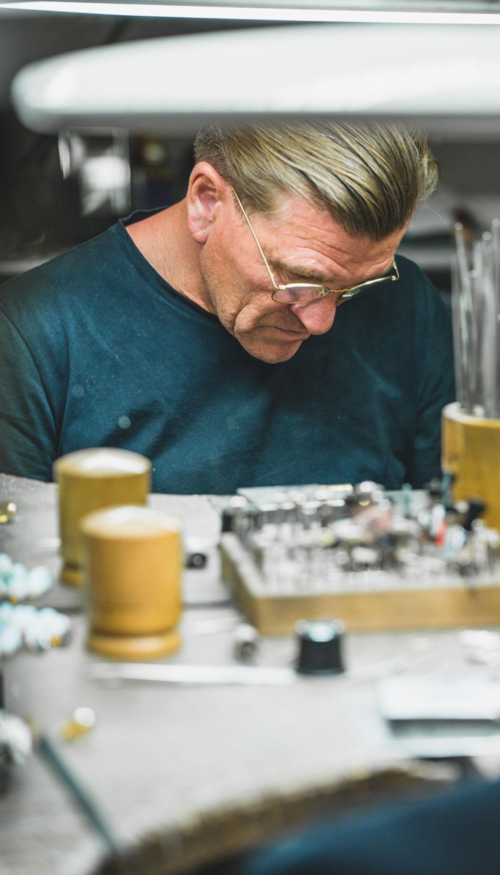 Thomas Pohl bei der Schmuckherstellung