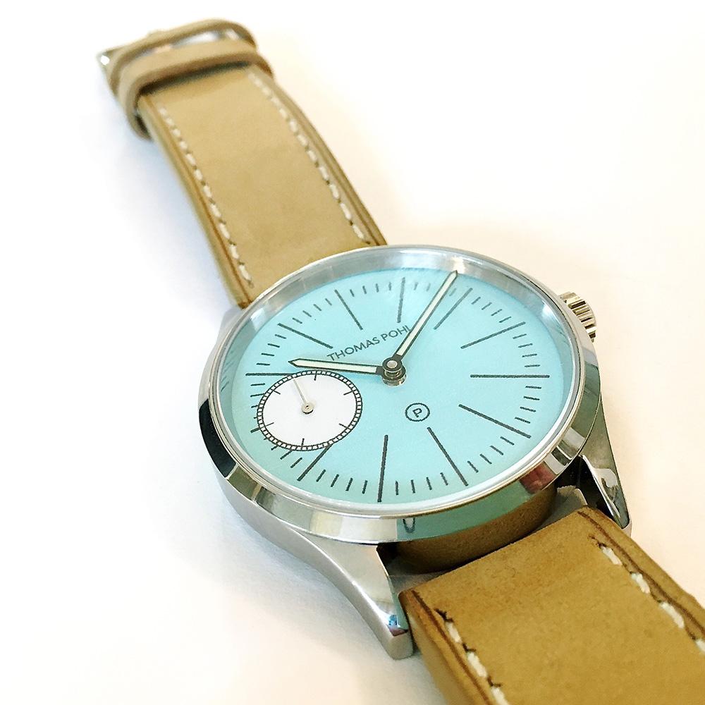 Uhr von Thomas Pohl mit blauem Ziffernblatt