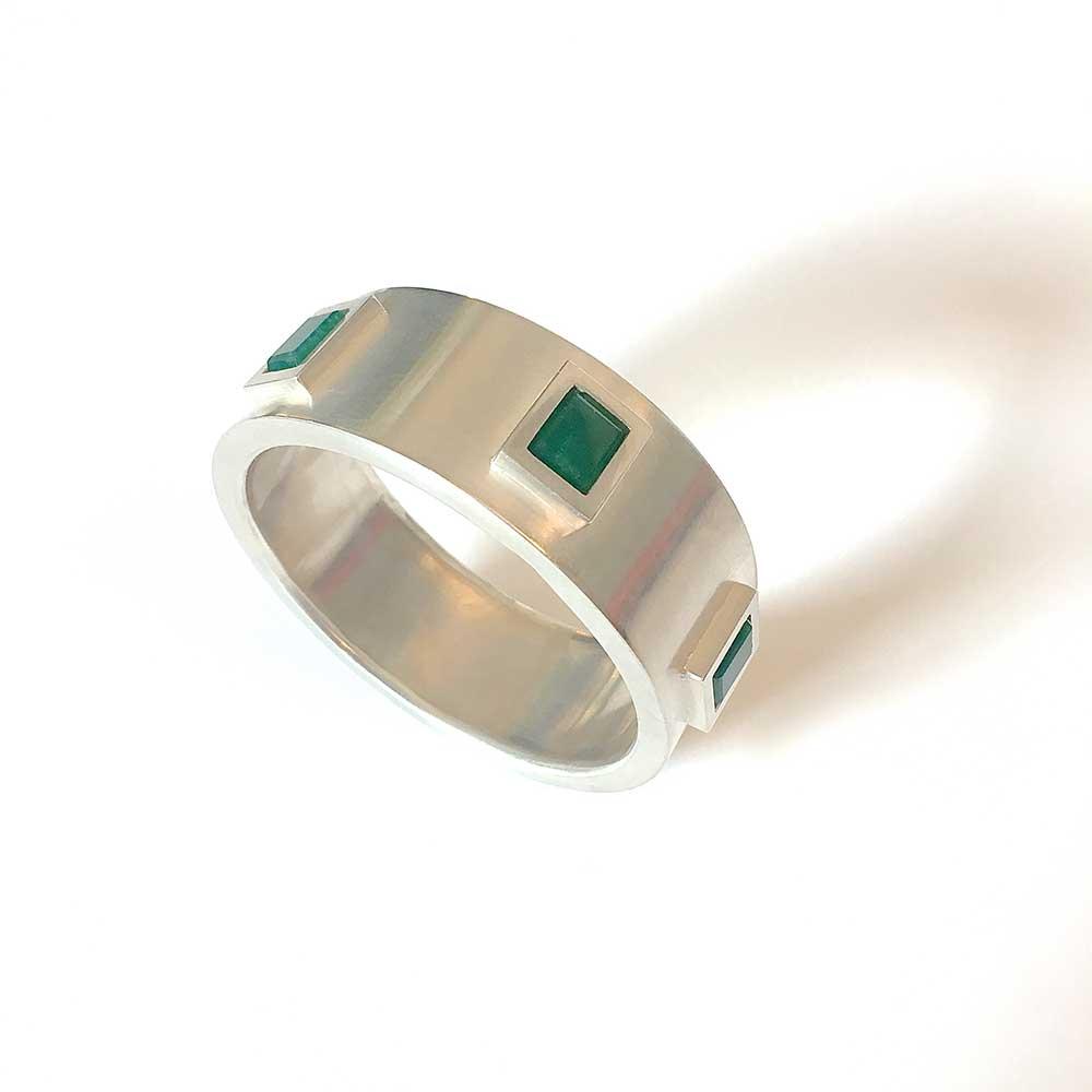 Silberner Armreife mit grünen Steinen von Thomas Pohl
