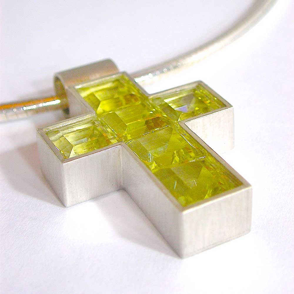 Gelb, silberner Kreuzhänger von Thomas Pohl